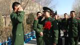 留队官兵向退伍老兵致敬。