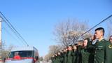 留队官兵列队欢送退伍老兵。