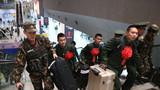 留队官兵最后一次为班长提行李。