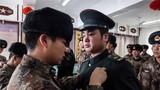 连队干部为老兵摘下肩章的瞬间,眼泪止不住流下来。