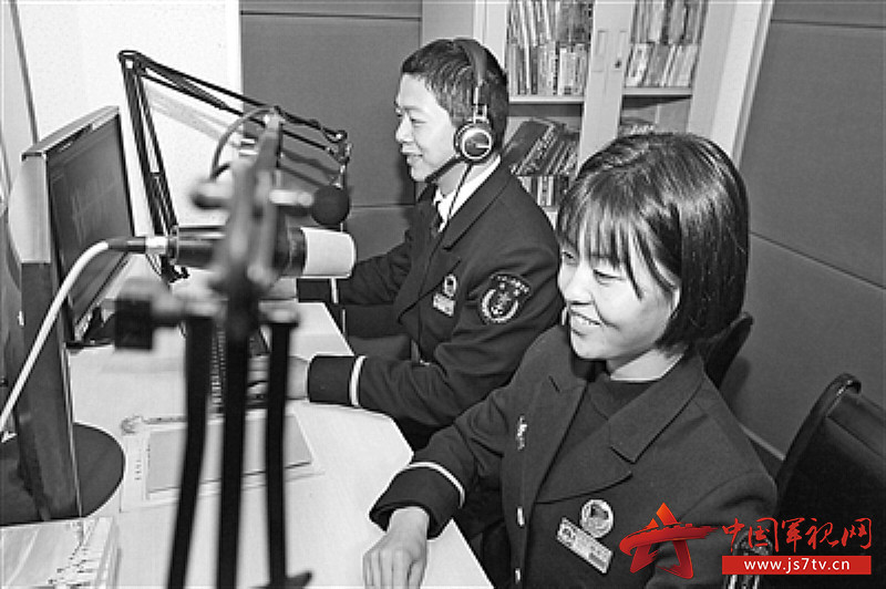 """海军工程大学1""""00后""""新学员在录制广播节目。(0)"""