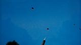 """为应对复杂电磁环境下""""敌机""""多方向、多批次、高频率突袭,中部战区空军某旅将所属多支地导营拉到渤海之滨排兵布阵,提升部队整体作战能力。"""