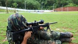 特战队员在进行狙击枪多种姿势转换射击