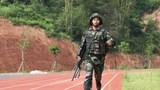 特战队员在进行两公里奔袭射击