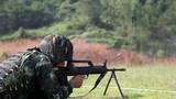 特战队员在进行轻武器对目标射击