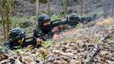 特战小组对模拟犯罪分子进行火力压制