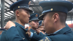中部战区空军某新训旅举行2018年度新兵授衔仪式