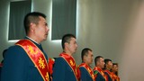 老兵们齐唱《中国人民解放军军歌》。
