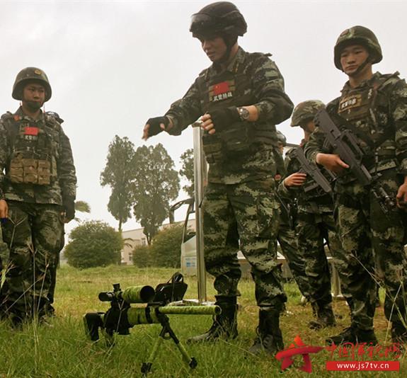 图四 范新明在讲解狙击枪的射击技巧(汪晗摄)