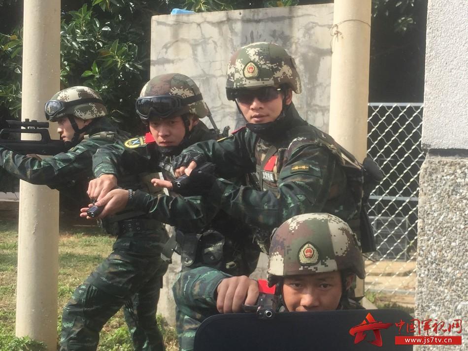 图五 范新明进行运动射击科目教学(汪晗摄)