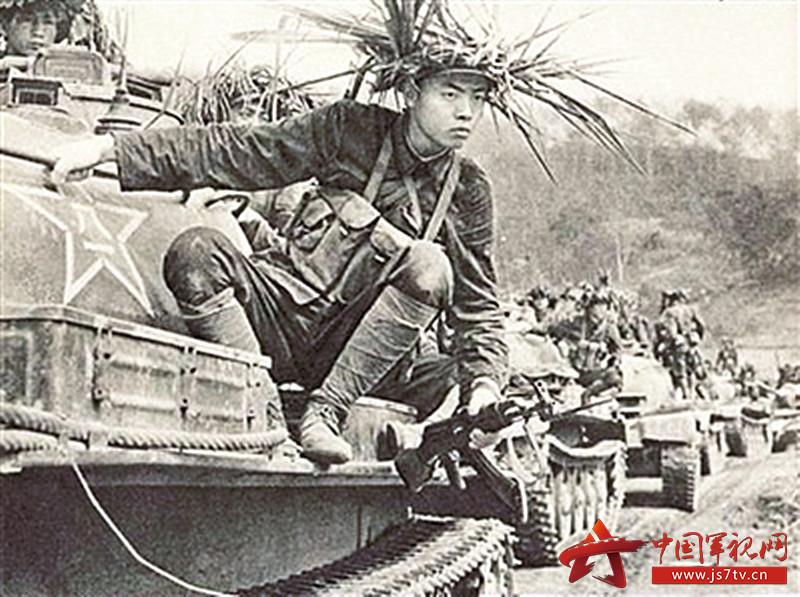 从坦克上跃下的我军战士身着56式单兵携行具(0)