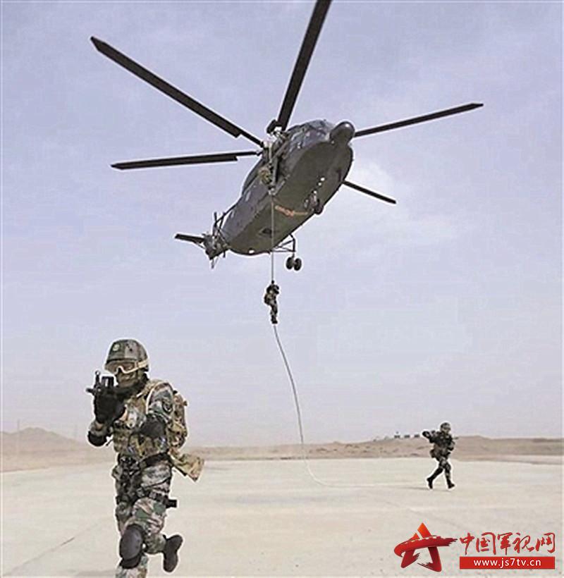 我军某空中突击部队士兵使用穿戴新型护携一体单兵携行具(0)
