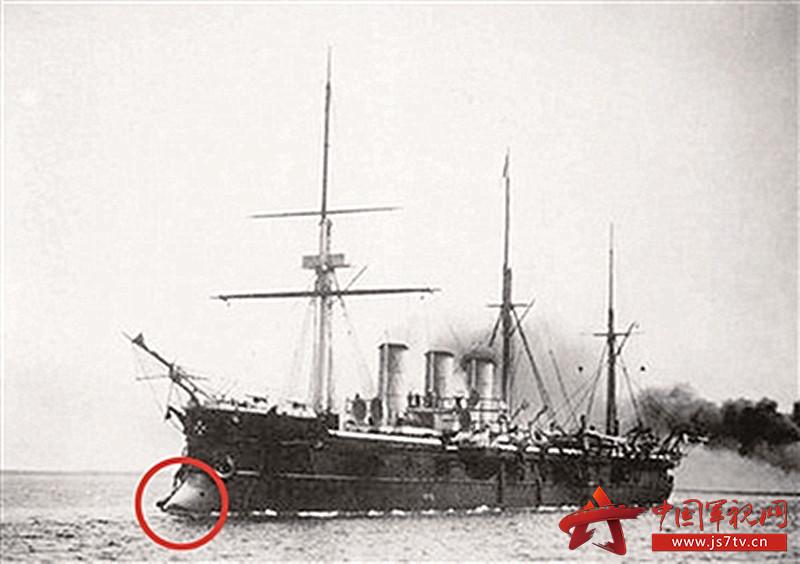 红圈内即为军舰的撞角(0)