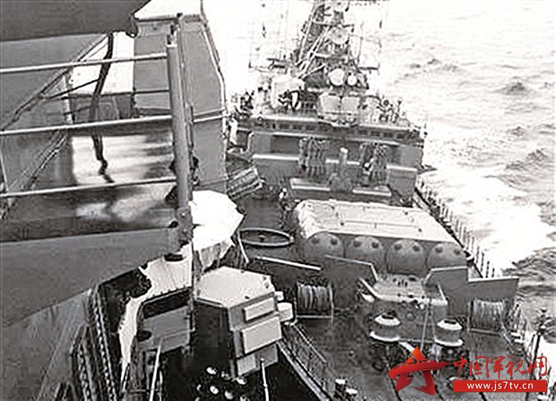 """苏联""""忘我""""号护卫舰撞击美国""""约克城""""号巡洋舰瞬间(0)"""