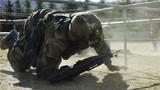 战术考场上,受考新兵迅速穿越铁丝网。