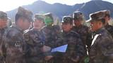 """近日,西藏军区某炮兵旅""""00""""后新兵,迎来入伍训练阶段性考核。图为考核组现场抽选人员和科目。"""