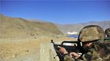 受考新兵在轻武器实弹射击中全神贯注击发。