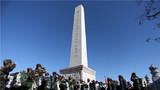 官兵们在英雄纪念碑前重温军人誓词。