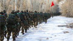 一路征程一路战歌 直击武警新兵野营拉练最前沿