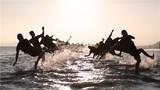 武警官兵在海滩进行侧倒训练。