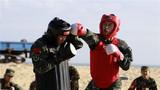 搏击对抗,武警官兵一拳击中对方头部。