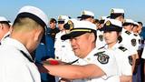 编队许海华指挥员为官兵代表佩戴纪念章。来永雷摄