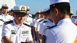 编队杜乃华指挥员为护航尖兵颁发荣誉证书。来永雷摄
