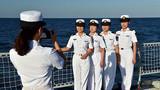 仪式结束后,芜湖舰女兵佩戴纪念章合影留念。张海龙摄