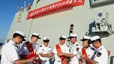 护航尖兵与战友一起分享荣誉。来永雷摄