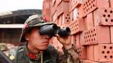 一名特战队员隐蔽观察现场情况
