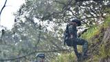 12月24日,武警福建省总队南平、三明、龙岩三个单位的70余名特战队员,在福建省邵武市鸡公山某峡谷开展反恐实战演练,提升特战队员在陌生复杂地域的追击捕歼能力。