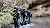 特战队员沿山涧溪流搜索追击