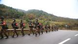 """近日,武警浙江总队舟山支队开展了第四季度""""魔鬼周""""极限训练。该训练采取昼夜连续实施的方式进行,每天训练不少于18个小时,人均负重不少于30公斤,每人每天的给养仅有 1 壶水、3 份单兵野战食品。此次训练增加了战术战法学习研讨,进一步夯实了特战队员的训练基础。"""