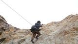 特战队员进行山地攀岩。