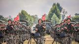 召之即来,来之能战,战之必胜。官兵们整齐列队、全副武装参加某次演习动员誓师大会。