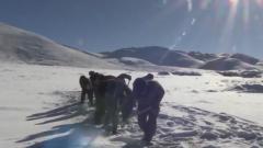 西藏日喀则:暴雪来袭 官兵紧急救援