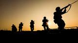 《朝阳伴我去战斗》。紧贴实战开展战备演练,全方位检验官兵勘察地形、判定方位和应急指挥能力。图为官兵在复杂陌生地域进行班战术训练场景。