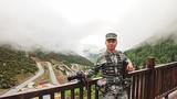 郭朋,2006年12月入伍,2009年11月入党,上士军衔,入伍12年,现为陆军第77集团军某旅新闻报道员。该同志常年和野外驻训官兵在一起战斗生活,用手中的镜头去近距离地捕捉官兵战斗生活的每一个细节、每一个动作、每一个姿态,拍摄驰骋疆场的战友是他在新闻路上前行的最大动力。