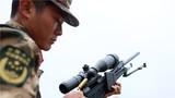 射击结束后,特战队员退出子弹壳进行验枪。
