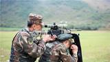 两名特战队员配合默契,精准狙击。