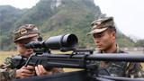 射击前,特战队员为队友调整射击姿势。