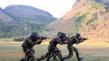 特战队员利用战术队形快速通过开阔地域。