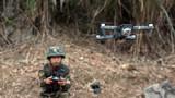 一名特战队员使用无人机侦察现场情况。
