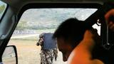 """一组特战队员从车辆右侧接近""""暴恐分子""""。"""