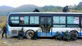 """武警特战队员全面包围被""""劫持""""的公交车"""