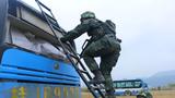 武警特战队员试图进入车厢