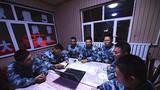 执行任务前,博士队长常宜峰(中)组织召开会议,研究部署搜索任务。