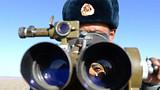 """被官兵们赞誉为""""搜索专家""""的二级军士长赵国军通过高炮指挥镜观察目标。"""