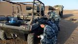 官兵们给八轮全地形车轮胎放气,大车无法进入的区域,搜索兵要驾驶它去搜索。