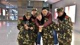 在高铁站执勤的支队官兵接力救援患病群众。